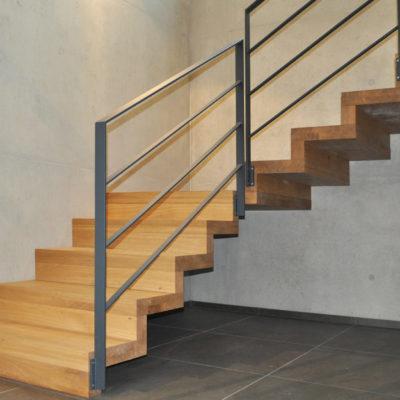 Massivholztreppe Metallgelaender Treppenbau Treppengelaender
